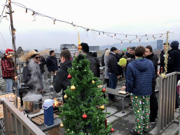 Vorzüge des neuen Büros: Weihnachtsapéro mit Sicht über die Dächer von Basel.